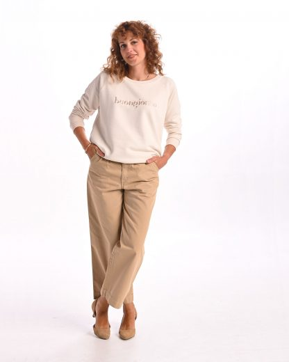kobieta ubrana w kremową bluzę buongiorno