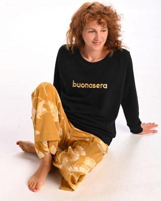 kobieta ubrana w czarną bluzę buonasera